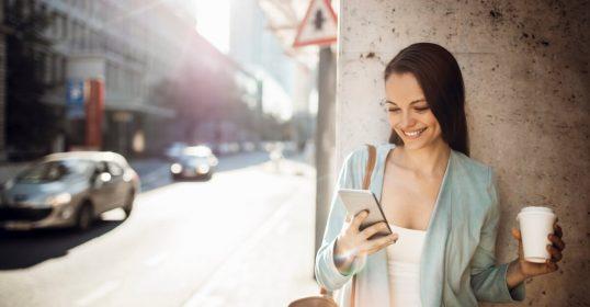 Businessfrau mit Mobiltelefon