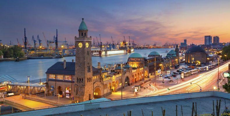 Hamburger Hafen in der Dämmerung
